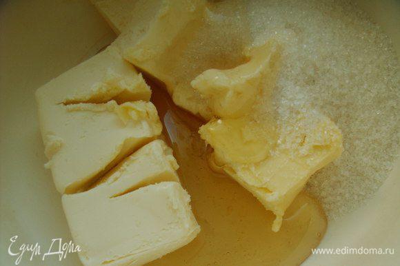Промытые и обсушенные ягоды кладём на 30 минут в морозильную камеру (так они лучше сохранят цвет и не будут оседать на дно формы). Если Вы торопитесь и у Вас нет времени на подморозку ягод, то перед тем, как добавить ягоды в тесто обваляйте их в муке и они тоже не осядут на дно. Масло взбиваем с сахаром и мёдом, добавляем сок и цедру лимона и взбиваем до получения кремообразной массы.