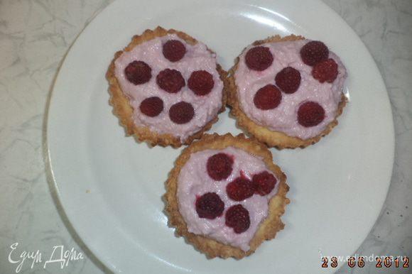 Наполнить кремом тарталетки. Сверху на крем выложить целые ягоды малины.