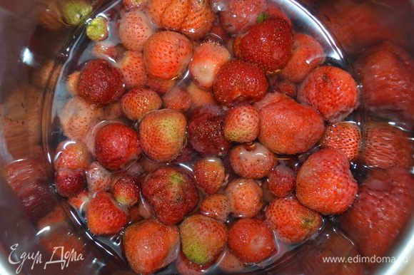 Залить ягоду 250 мл воды и довести до кипения