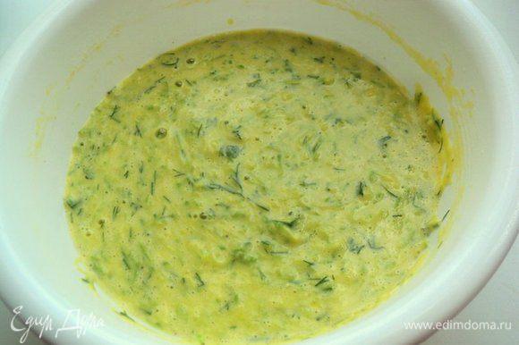 Добавить к кабачкам яйца, молоко, соль, перец по вкусу, мелко нарезанную зелень и муку, 50мл растительного масла, перемешать. Тесто по консистенции – чуть гуще, чем на блины.