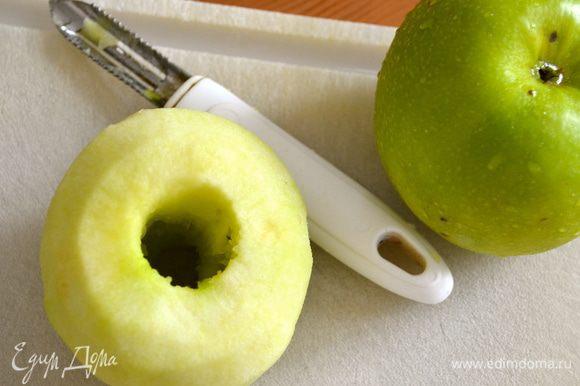 Яблоки очистить от кожуры и удалить из них сердцевину. (не имея специального ножа, я воспользовалась обыкновенной картофелечисткой для удаления сердцевины у целого яблока)