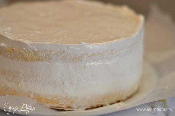 Выровнять крем по поверхности и бокам тортика.