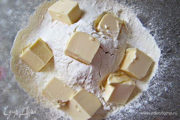 Муку просеять, добавить разрыхлитель. Затем порубить сливочное масло и растереть с мукой руками до образования мелкой крошки.
