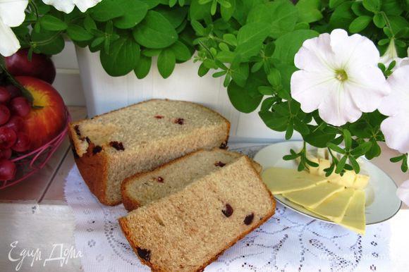 А если у вас есть хлебопечка, то к вашему завтраку можно поставить свежий хлеб из цельнозерновой муки с оливками. Он прекрасно дополнит фриттату.