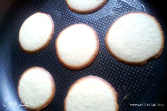 """Далеко с кухни НЕ отходить! Печенье готово через 5 минут! Да-да,не надо ждать его румяности,оно и должно быть бледным по центру и коричневым по краям! Иначе будет ломаться при складывании """"цветка""""..."""