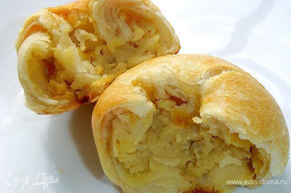 У кнышей слоистое тесто и много начинки. Вкус у них изумительный, попробуйте, не пожалеете!