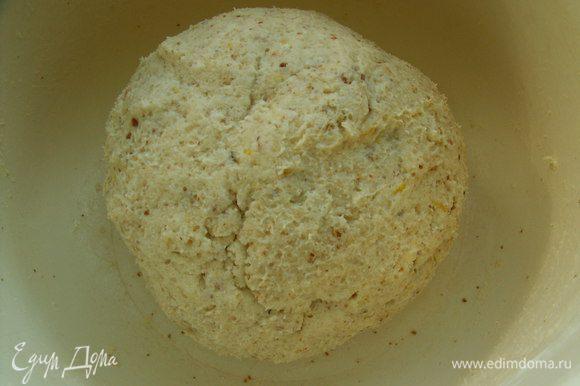 Из всех ингредиентов замешиваем тесто, скатываем его в шар, заворачиваем в плёнку и кладём в холодильник.