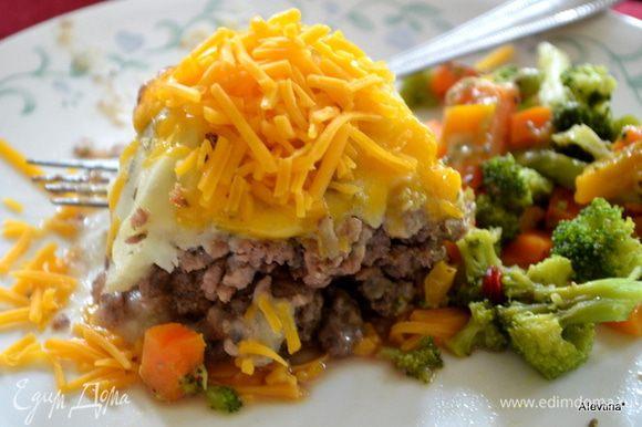 Подаем, разрезав на порции. Сверху присыпала еще сыром перед подачей, мои мужчины любят сыр. Приятного аппетита.
