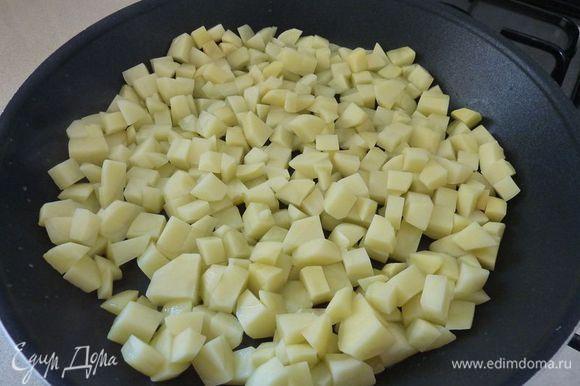 В большой сковороде нагрейте 2 столовые ложки масла на среднем огне . Добавить картофель и готовить, помешивая, пока не подрумянится , от 15 до 20 минут.