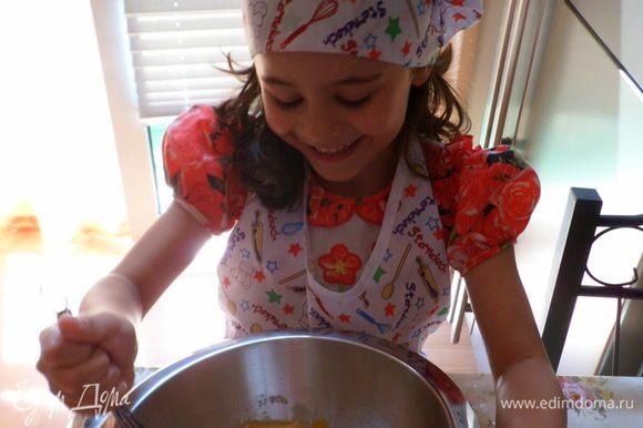 Яйца взбиваем с сахаром в легкую пену
