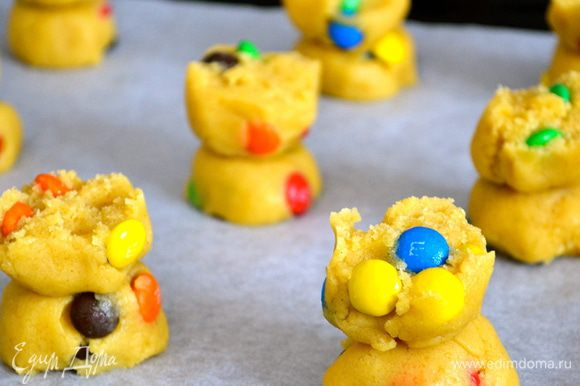"""Далее, как в рецепте с """"Влюбленным"""" печеньем (http://www.edimdoma.ru/retsepty/56589-vlyublennoe-pechenie-cookies-in-love-zavtrak-dlya-lyubimogo) разломать готовые шарики пополам и сформировать печенье, поставив половинки шарика один на другой, как на фото... Выложить на противень, застеленный пекарской бумагой и выпекать..."""