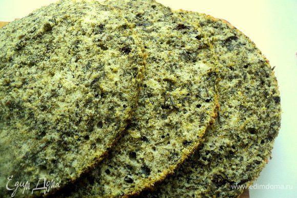 У бисквита срезать верхушку (она нам понадобится для украшения) и разрезать на три части. Верхушку бисквита подсушить и раскрошить.