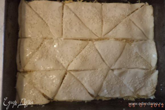 Дать постоять 10 минут. Нарезать тесто треугольниками. Верх смазать молоком, посыпать кунжутом. Выпекать при температуре 200 градусов 20 - 30 минут.