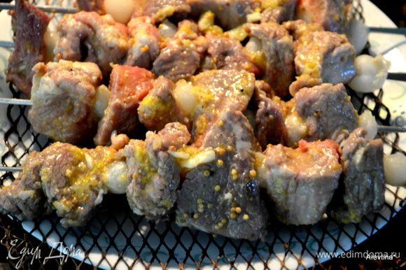 В таблицу ингредиентов не принимает лук жемчужный, кол-во зависит как часто вы его будете нанизывать на шампур или замените на обыкновенный лук. Мелкий лук жемчужный залить водой и отварить 5 мин. Дать остыть. Нанизываем на шампур кусочек мяса, затем лук и крупную оливку по желанию.