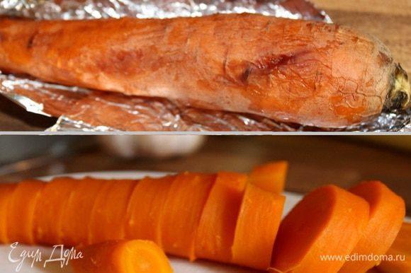 Морковь упаковать в фольгу и запекать в течении получаса в духовке при 180*С. Остудить, очистить и нарезать произвольно.