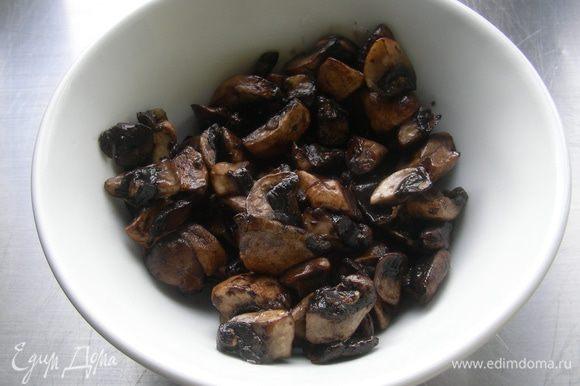 Грибы режем пластинами и обжариваем на небольшом количестве оливкового масла.