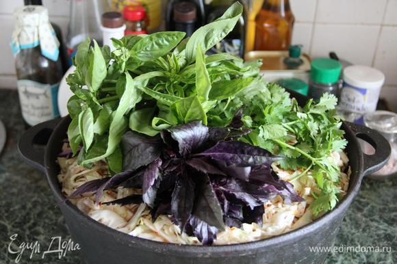 На самый верх кладем свежую зелень. Она полностью выварится и отдаст свой аромат блюду, так что пучки лучше и не развязывать вовсе.