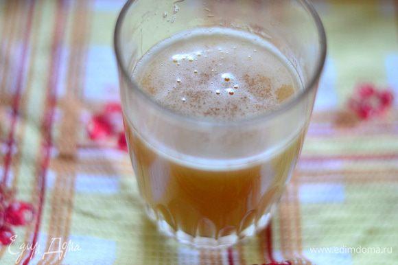 Готовим крем. Для начала берем 120 г винного сока, который у нас за ночь настоялся, добавляем к нему желатин, оставляем набухать минут на 10, затем подогреваем на маленьком огне до растворения крупинок и процеживаем его через марлю. Взбиваем сливки с 50 г сахара до устойчивых пиков. Отдельно взбиваем сливочный сыр со 100 г сахара и лимонным соком до кремообразного состояния, пока сахар весь не растворится.