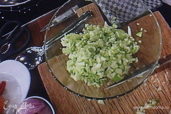Яблоки помыть, очистить от кожуры, нарезать мелким кубиком.