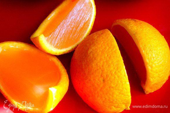 Переворачиваем вверх дном и разрезаем острым ножом апельсиновую заготовку пополам.