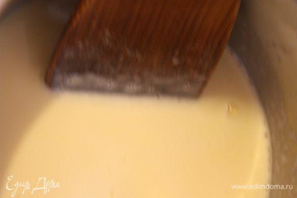В небольшую кастрюльку налейте молоко, добавьте семена ванили и сам стручок. Поставьте на средний огонь и нагрейте, не доводя до кипения.