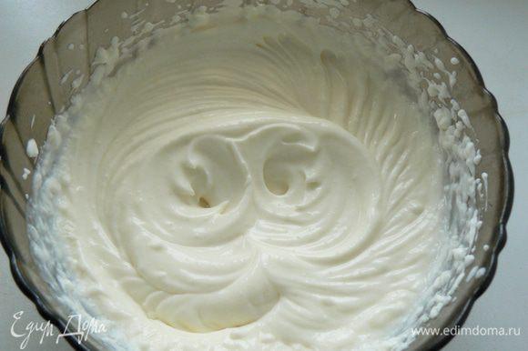 Смешать маскарпоне с половиной йогурта и сахарной пудрой.