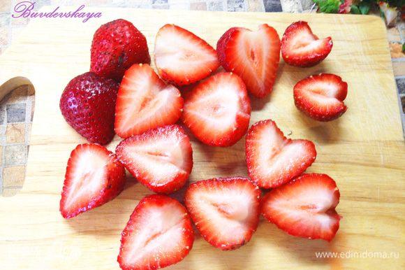 Фрукты, ягоды вымыть, обсушить. Крупные фрукты нарезать. Выложить на взбитые сливки. ENJOY !
