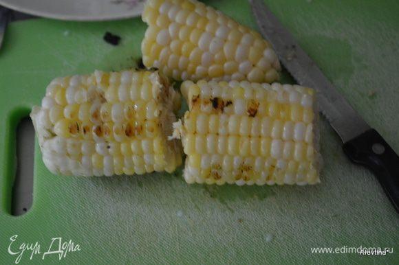 Отгрилить кукурузные початки для готовности. Или можно просто отварить. Разрезать на части или оставить целиком.