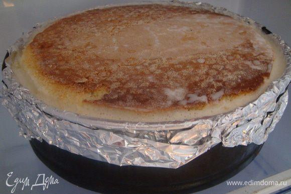 Торт поочередно собрать, промазав взбитыми сливками. Я выкладываю торт в разъемную форму, выложенную фольгой.