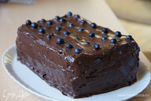 Вытянуть торт из морозилки, аккуратно перевернуть. Сверху лопаткой смазать шоколадом, украсить черникой и поставить в холодильник на 1 час минимум. Резать торт удобно так: острый большой нож поставить под горячую воду на пару секунд, вытереть салфеткой и сразу же нарезать порционный кусок.