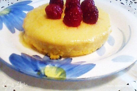 При подаче перевернуть на тарелку. (Если будут трудности, можно поддеть ножом.) Сверху украсила малиной.