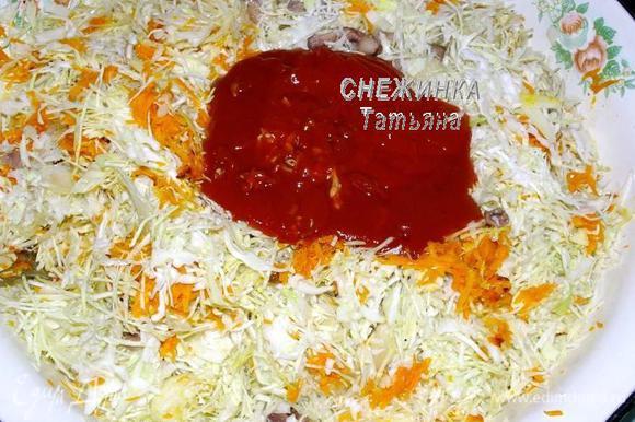 Смешиваем все овощи и грибы. Солим. Добавляем томатный соус. Перемешиваем.