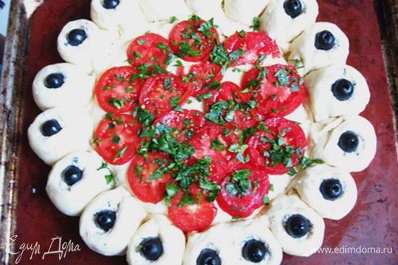 С помидоров снять кожицу и нарезать кружочками, петрушку мелко порубить. Выложить на дно пирога помидоры, посолить, поперчить и присыпать петрушкой.