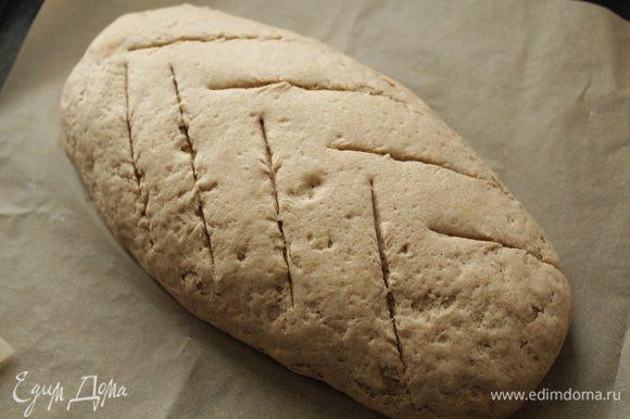 Придаём продолговатую форму, кладем на противень и ставим его подходить пока он не увеличится в 2 раза. А если мы делаем хлеб без дрожжей то оно должно подходить примерно 2 часа. Духовку прогреть на 250 градусов на дно поставить чашку с горячей водой. Острым ножом сделать надрезы. Поставить хлеб в духовку и выпекать его 50- 60 минут. После 15 минут убавить температуру на 190°. Хлеб готов если он звучит пусто, когда мы стучим по низу. Готовый хлеб накрыть полотенцем и остудить хлеб на решётке, ржаной хлеб должен хорошо остыть перед тем как вы его разрежете.