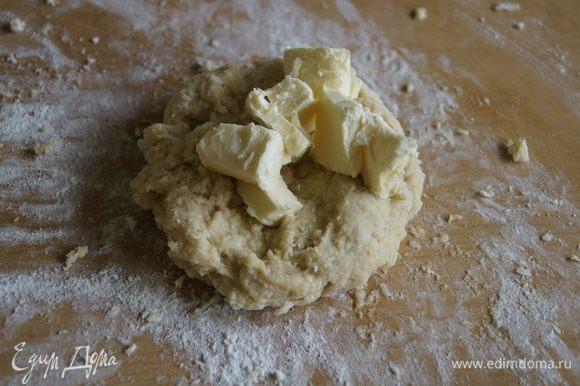 Добавить еще 1 оставшееся яйцо и снова месить до однородной массы. Добавить размягченное сливочное масло. Вымешать тесто.