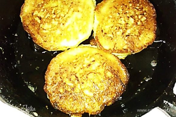 Разогреваем сковороду с маслом и жарим оладьи на среднем огне.