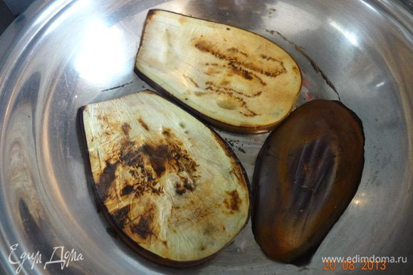 Фарш посолить, поперчить, можно добавить любых специй по вкусу (я часто приправляю фарш ароматной солью с приправами по Алиному рецепту, там и соль и перец и все, что нужно уже есть http://www.edimdoma.ru/retsepty/52793-sol-s-pripravami-dlya-blyud), хорошо вымесить. Помидоры очистить от кожицы, потереть на крупной терке. Баклажаны промыть холодной водой от соли, обсушить и обжарить на сухой разогретой сковороде (гриле) с двух сторон по несколько минут, можно на растительном масле, но будет жирно на мой взгяд (фарш тогда взять постный).