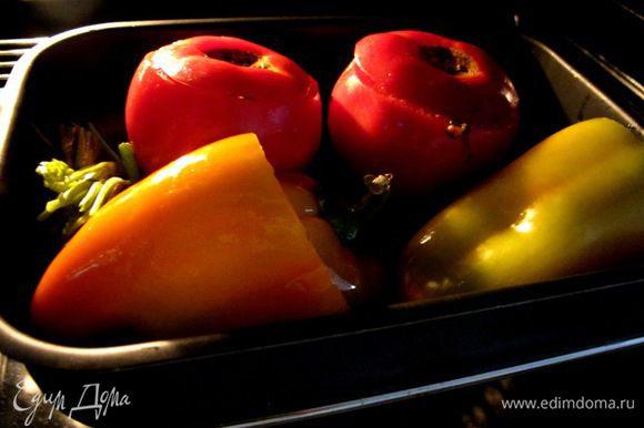"""Овощи нафаршировать рисовой смесью, смазать оливковым маслом, прикрыть """"крышечками"""", и положить на """"подушку"""" из стеблей и корней от зелени. Отправить в духовку на 50 минут при 160 градусах в режиме конвекции."""