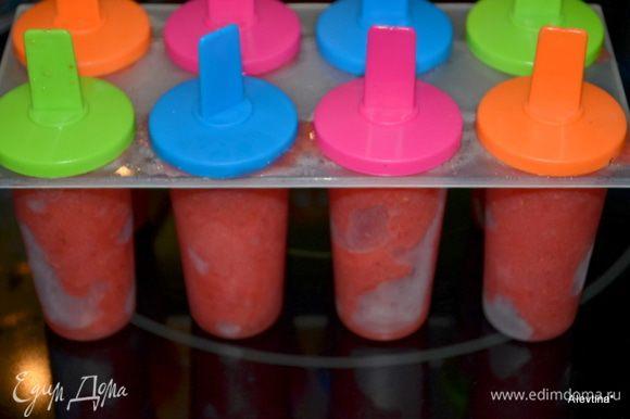 В блендер сложить очищенную свежую клубнику и взбить. Добавить сладкую охлажденную воду и лимон.сок. Взбить до однородной массы. Желательно помешивать на медленной скорости минут 30 вручную. Перелить в общий контейнер с крышкой или в формочки для мороженого папсикл.