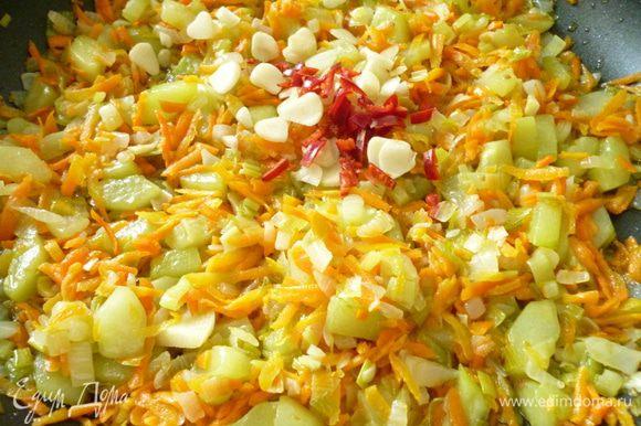 Выкладываем морковь, обжариваем еще около пяти минут,морковь должна немного обмякнуть.Затем добавляем чеснок,горький перец, щепотку сахара, перемешать и прогреть буквально одну минуту.