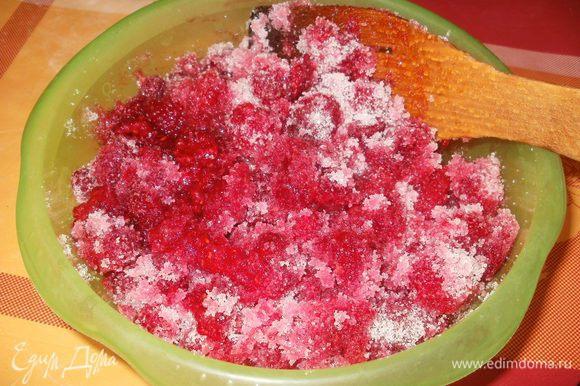 Затем деревянной лопаткой хорошо перемешиваем малину с сахаром.