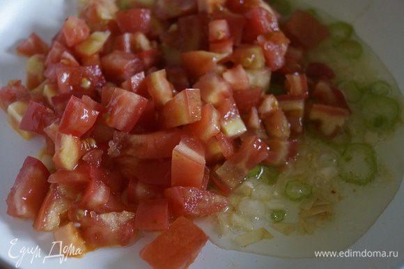 Добавить нарезанные кубиками помидоры, соль, сахар, паприку и тушить 10 минут