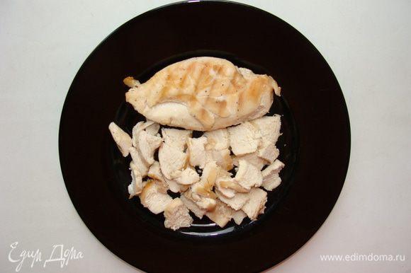 Грудку обжарить на сковороде без масла с солью и перцем до готовности. Остудить, нарезать плоскими кусочками.