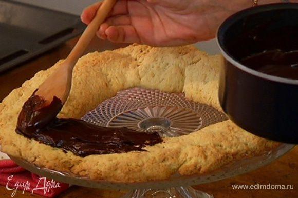Покрыть песочное кольцо шоколадной глазурью.