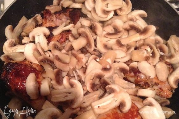 Добавляем грибы и жарим до румяных грибов.
