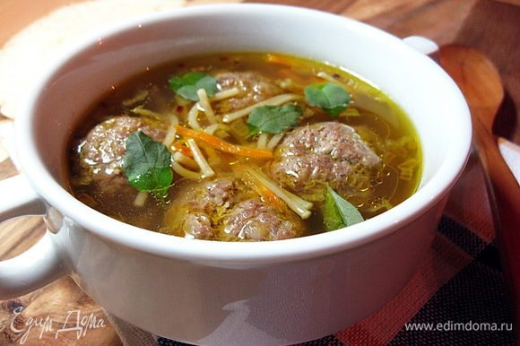 Готовый суп разлить по тарелкам и украсить листиками базилика. Приятного аппетита!