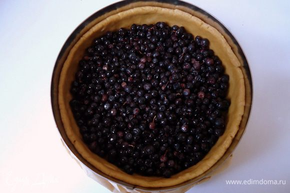 Выложить на тесто ягоды ровным слоем.