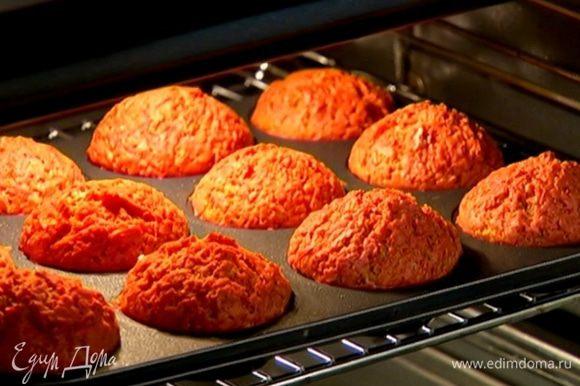 Формы для маффинов смазать оставшимся оливковым маслом, разложить в них тесто и отправить в разогретую духовку на 20 минут.