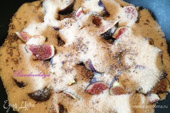 В кастрюлю для варки варенья (желательно с толстым дном) выложить инжир, сахарный песок, лаванду и сок лимона, аккуратно перемешать, накрыть полотенцем и оставьте на 30 минут.
