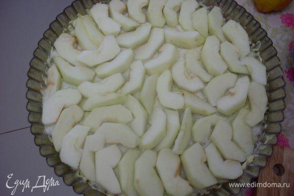 Очистить и нарезать на кусочки яблоки. Выложить их как можно плотнее на основу для карамелизования.